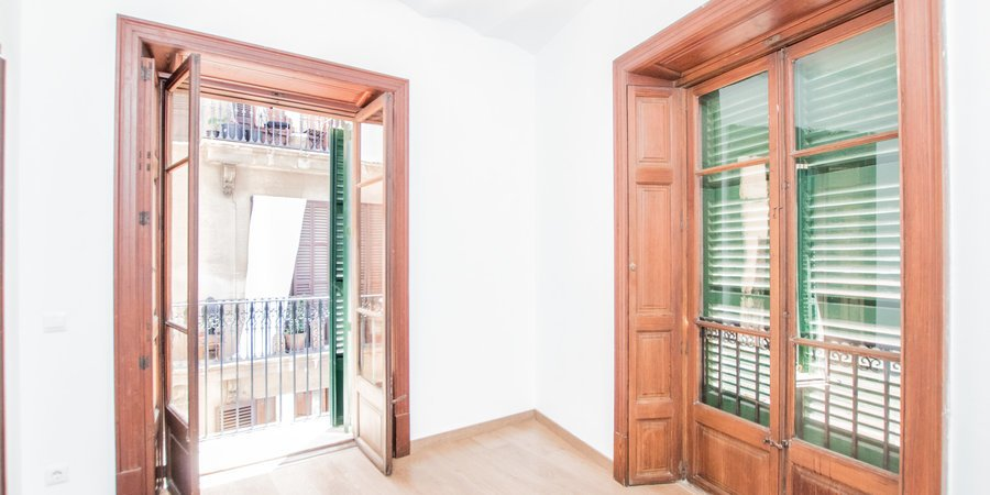 Extensive unfurnished apartment in Old Town