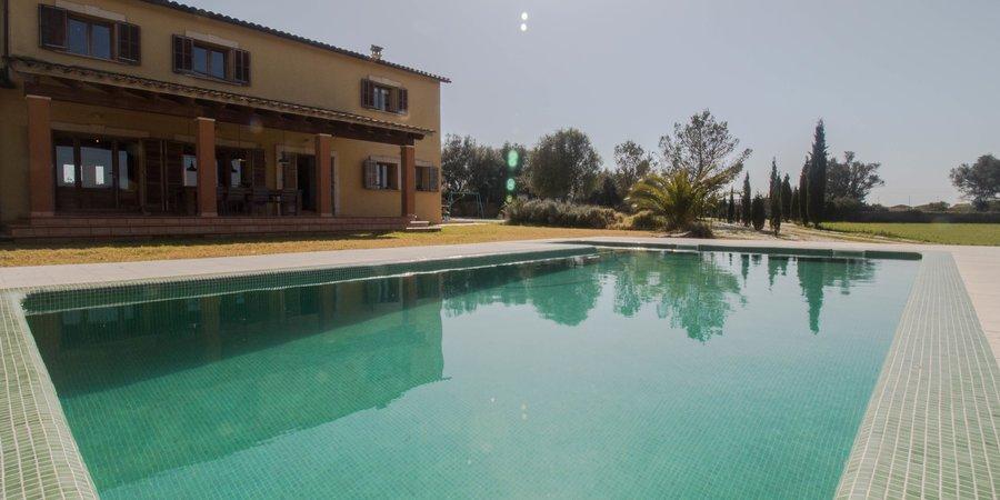Fantastisk villa med pool och stor trädgård i närheten av Inca