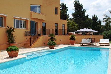 Großzügige Villa mit wunderschönem Panoramablick in exklusiver Wohngegend