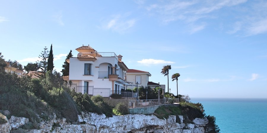 Detached house with spectacular sea views