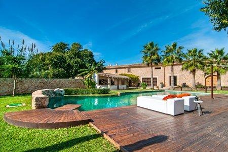 Lanthus med stor pool i lugnt område