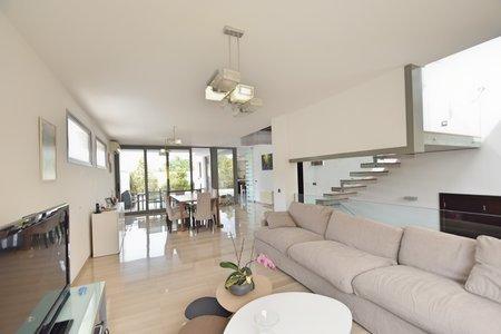 Modernt hus i Lloseta  Tillgängligt från 20210801.  Modernt och ljust hus i ett lugnt läge i utkanten av Lloseta med gångavstånd till stadens centrum. Uthyres omöblerat, men med ett fullt utrustat kök